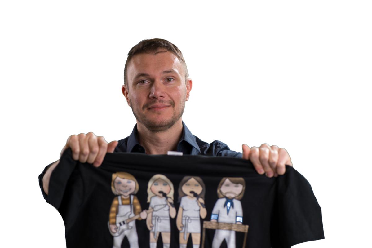 Kurt plooit zijn vers gewassen t-shirt